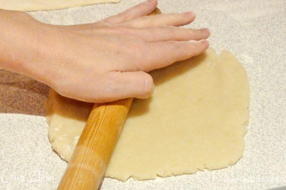 Если у вас марципан подсох и стал жестким, то можно добавить немного воды и вымесить. Присыпьте рабочую поверхность мукой и раскатайте марципан также тонко, как ваше тесто.