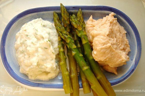 В блендере взбить филе красной рыбы с солью,перцем,одним яйцом и 3 ст.л.сливок.Так же поступить с белой рыбой.Фарш должен быть однородным и хорошо измельченным.Если вы пользуетесь мясорубкой,то фарш лучше дополнительно протереть через сито.В белый фарш добавить мелко нарезанного укропа.