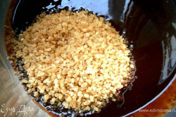 Шоколад с маслом растопить на водяной бане или на медленном огне. Добавить сахар и слегка растереть.