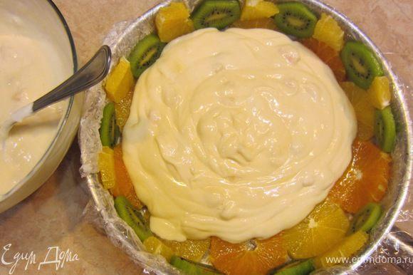 Теперь выложите половину крема в форму и разровняйте его.