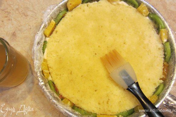 Теперь кондитерской кисточкой хорошенько смажьте корж сиропом с апельсиновым соком и ликером (или хересом), который мы ранее подготовили.