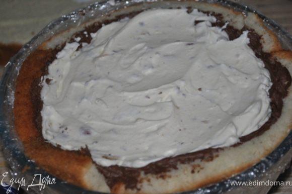 Полученным кремом наполнить торт.