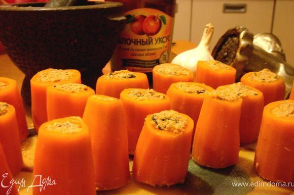 Морковные цилиндры наполнить ореховой начинкой.Убрать закуску на несколько часов в холодильник для пропитки.Перед подачей выложить пхали на блюдо и украсить зёрнами граната.Приятного аппетита!