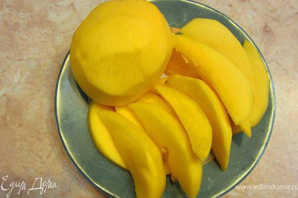 Теперь порежьте фрукты как вам удобно. В этот раз мы порезали их дольками, а можно было порезать кубиками.