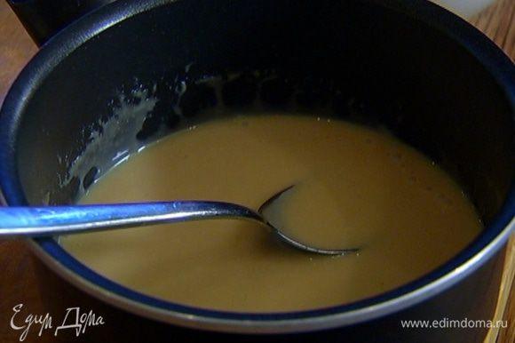 Вынуть разбухший желатин из воды, опустить в горячие сливки с сахаром, перемешать.