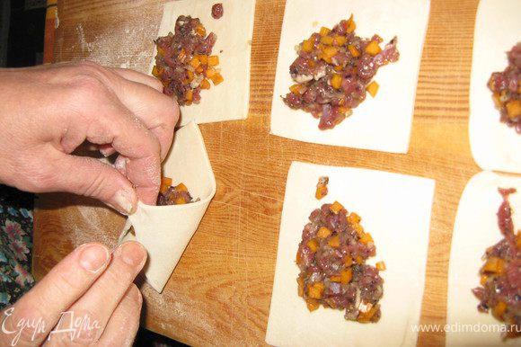 Раскатывается тесто, толщиной как пельмени (около 2 мм). Готовые манты, продающиеся в магазинах, делают из слишком толстого теста! Да простится мне, что пельменное тесто я не делаю сам, а покупаю в магазине - оно там вполне кондиционное. Раскатанное тесто ножом разрезается на прямоугольники (идеальная форма - квадрат) и в каждый прямоугольник выкладывается фарш.
