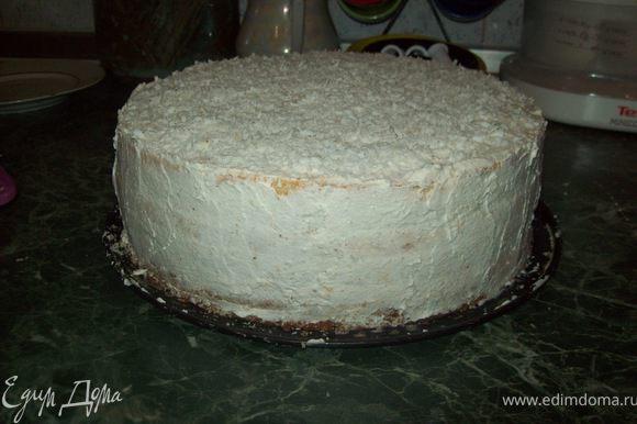 """Сметану, сливки, сахар и ванилин - взбить в пышную массу.Теперь начинаем """"собирать"""" торт: На первый корж нанести крем, толщиной ~1 см. Выложить ягоды (если замороженные, то не размораживать), немного вдавливая в крем."""