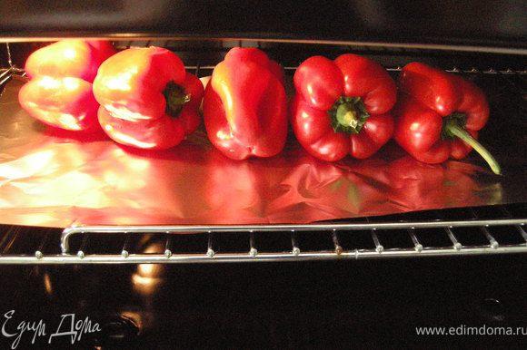 Перцы уложить на фольгу и далее на решетку духовки.
