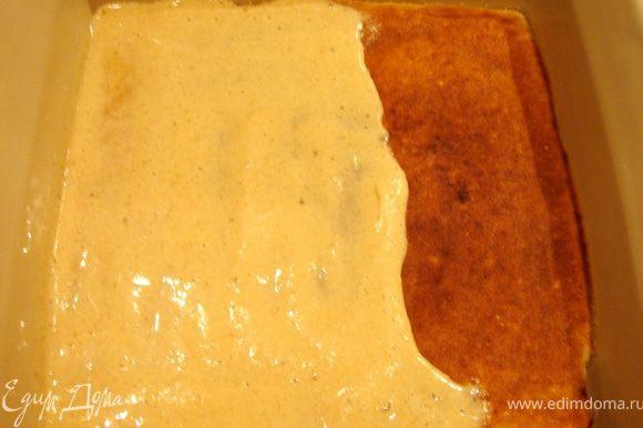 На первый выпеченный слой выложить ещё 2-3 ст.л.теста и тонким слоем равномерно нанести его по всей поверхности.Поставить форму под гриль и выпекать так же,как и первый слой.Ту же операцию проделать со всем оставшимся тестом.У меня получилось 14 слоёв.Немного остудить пирог и нарезать его на ровные квадраты