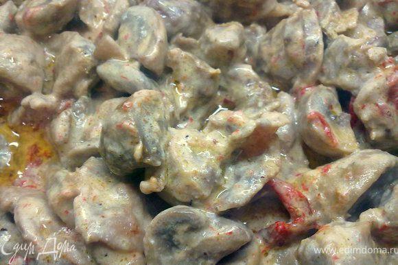 Добавляем порезанные вяленые помидоры и перец, сметанку и тушим минут 10. Затем развести муку водичкой и добавить к желудкам и грибам. Подержать на огне 5 минут. Добавить красный перец по вкусу, все готово, можно на гарнир подать картофельное пюре или отварной рис, приятного аппетита!