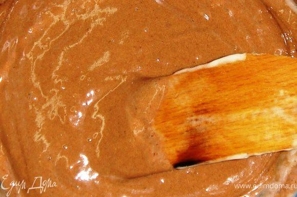 Тесто разделить на две равные части. В одну добавить какао.