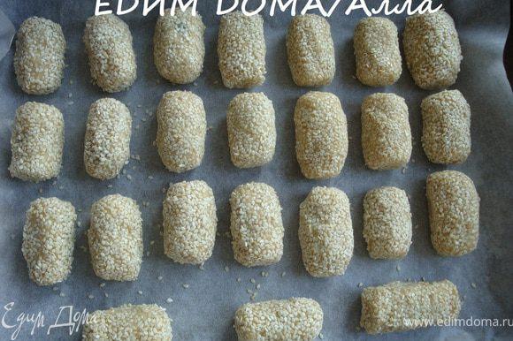 Выкладываем печенье на противень и отправляем в разогретую до 180 градусов духовку минут на 40.