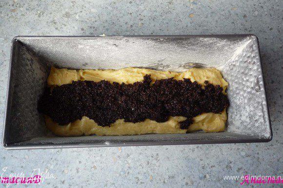 Прямоугольную форму смазать маслом и посыпать мукой. Треть теста выложить в форму. Сверху распределить половину маковой начинки. Снова выложить треть теста и начинку. Сверху - оставшуюся часть теста.