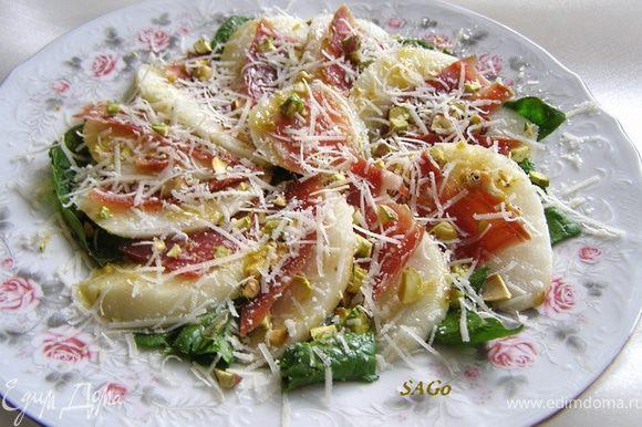 Полить салат заправкой и посыпать пармезаном. Дать настояться 10 мин и подавать.