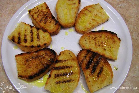 Сложите кростини на блюдо и полейте оливковым маслом (чуть-чуть. как раз хватит столовой ложки. Не старайтесь попасть равномерно. Масло великолепно передаст вкус хлебу). Непного посолите и поперчите.