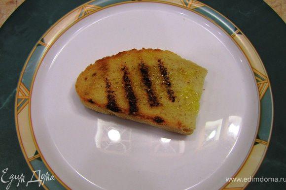 Возьмите одну кростини. Положите на отдельную тарелку, на которой вы будете формировать бутерброд.