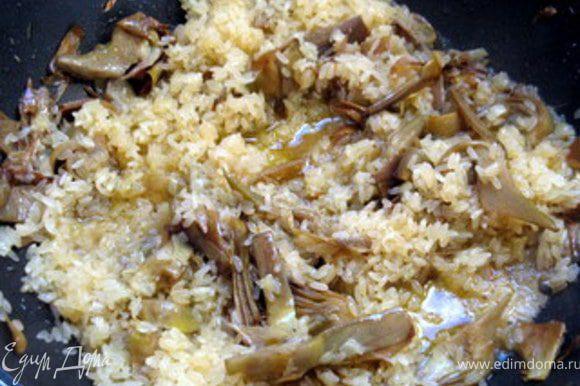 Соединить артишоки с рисом и, подливая бульон по мере необходимости, варить рис до готовности. В готовое ризотто добавить тёртый пармезанский сыр.