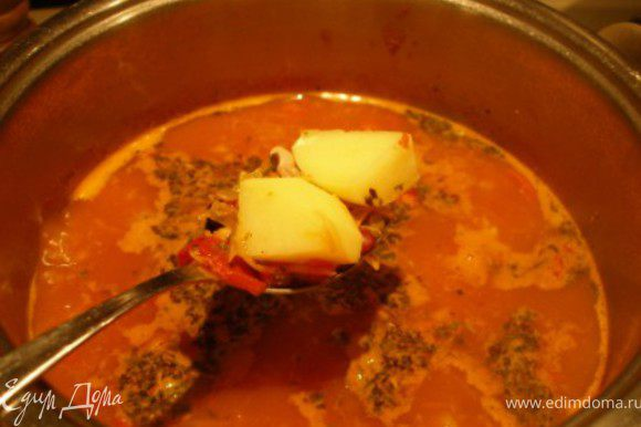 Почищенный и порезанный кубиками картофель добавить к супу. Довести до кипения и варить еще 20 мин. Добавить итальянские травы.