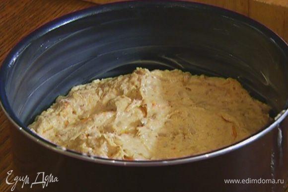 Оставшимся сливочным маслом смазать глубокую форму для выпечки, выложить тесто и отправить в разогретую духовку на 25–30 минут.