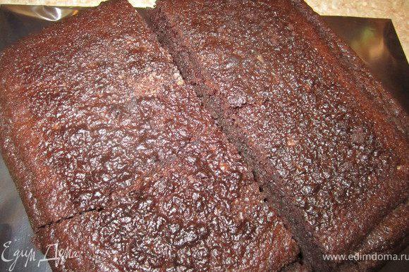 Приготовить бисквит по рецепту http://www.edimdoma.ru/recipes/31029 в квадратной форме 26х26 см. Бисквит разрезать на 2 равные части.