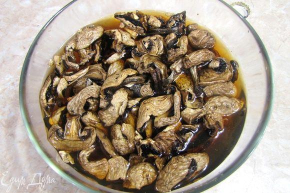 тавим в духовку, предварительно разогретую до 150 градусов. Примерно на три часа (до мягкости мяса). Тем временем замачиваем грибы, если они сушеные или обжариваем в масле, если они свежие.