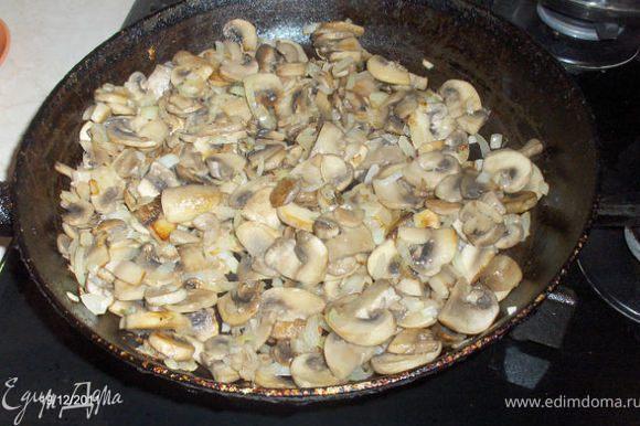 Жарим грибы, после добавляем лук.
