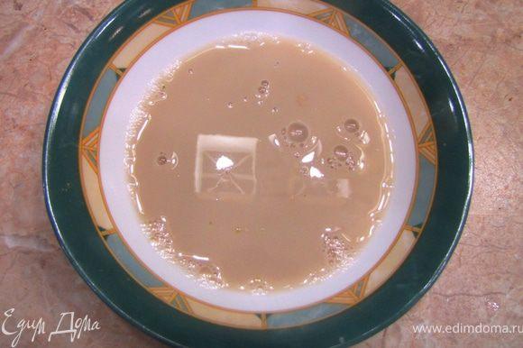 В отдельной посуде в стакане теплой воды разведите дрожжи.