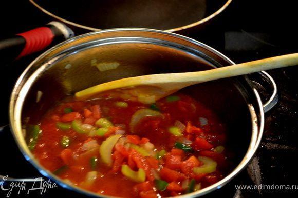 Готовить не прикрывая при тем-ре 180гр.примерно 80-90мин.Готовое блюдо выложить на большую тарелку. *********************************** В кастрюльке положить олив.масло мелко нарубленный лук,сельдерей, зеленый перец,чеснок и 3-5мин. тушить до мягкого состояния. Добавить помидоры, говяж.бульон, лаврушку,сахар,соль и тимьян. Дать прокипеть на медленном огне примерно 30мин.