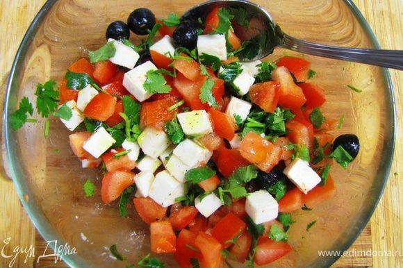 Приготовление начинок Салат а ля капрезе Что-то я поторопился с кростини и еще не описал этот салат. Завтра будет. Положите салат на кростини и обязательно вдавите, чтобы соки пропитали хлеб.