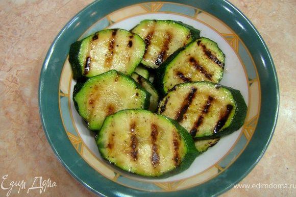 Кабачок, зажаренный на гриле. Рецепт по ссылке http://www.edimdoma.ru/recipes/33922