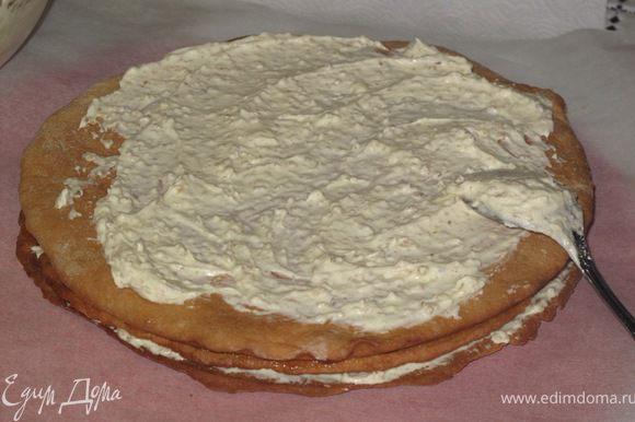 крем 1-масло нарезать на кусочки добавить сгущёнку и взбить миксером.отложить 4 ст.ложки крема в др.чашку(для верхнего коржа)В остальной добавить орехи и перемешать. крем2- конфитюр или джем соединить со сметаной. Собираем торт чередуя крем.Сверху мажем 1-м кремом без орехов.бока можно ореховым.(промазать щели между коржами).Ставим в холодильник на 1-2 часа.И готовим мастику и ёлочки.