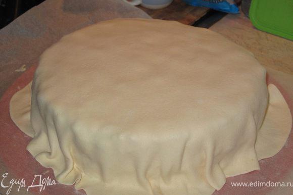 покрываем торт мастикой. делаем жгутик и оборачиваем вокруг.Хорошенько прижимаем мастику руками или скалкой.