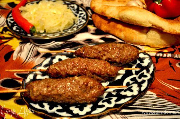 """Готовые """"люля-кебабы"""" подаём с салатом из свежего лука с уксусом,маслом и специями и лепёшкой! Гарнир не нужен,уверяю!!! Приятного аппетита!!!"""