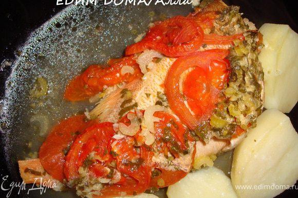 Накрыть посуду с рыбкой крышкой и отправить в разогретую до 180 градусов духовку минут на 40-50. Минут за 10-15 до окончания приготовления можно открыть крышку и подрумянить рыбу. Подавать с отварным картофелем (как у меня), рисом или овощами, пожаренными на гриле.