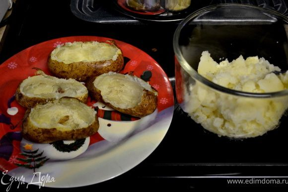 Запекать при тем-ре 200гр.примерно 1 час.Дать остыть,срезать осторожно верхушку и в спец.блюдо выкладывать ложкой мякоть.