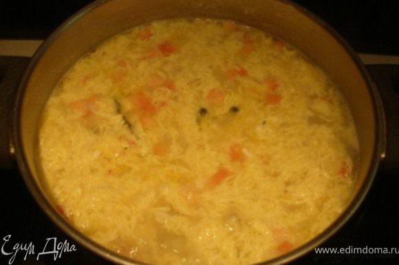 Яйца слега взбить. Помешивая суп по кругу, тонкой струей вливать яйца в воронку. Приправить зеленью и сразу же подавать:)