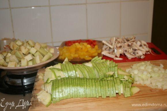 Нарезать все овощи. С баклажанов предварительно снять кожицу, а после нарезки засыпать их солью (которую перед приготовлением нужно смыть под холодной водой).