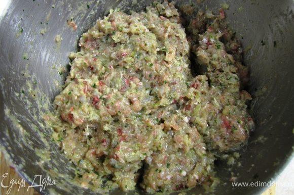 Перемелите филе на мясорубке через сетку среднего размера (у меня отверстия - 3 мм в диаметре). Промойте траву, перемелите половину на той же мясорубке. Возьмите половину репчатого лука, почистите и порежьте его, чтобы можно было положить в мясорубку. Перемелите репчатый лук. За счет того, что небольшая часть лука останется в мясорубке, все остальное перемелится и добавлять что-то вроде хлеба не надо. Положите в миску с мясом соль, свежемолотый черный перец, сушеный тимьян. Разбейте туда же два яйца. Помните, что солить надо хорошо, иначе вкус блюда не проявится (как ни странно никто из моих знакомых не говорил, что я пересаливаю блюда). У меня ушло около столовой ложки соли. Хорошенько перемешайте фарш в течение трех минут. Фарш должен выглядеть как на фотографии. Красные включения - это мясо сазана. В готовом блюде выглядит очень интересно.