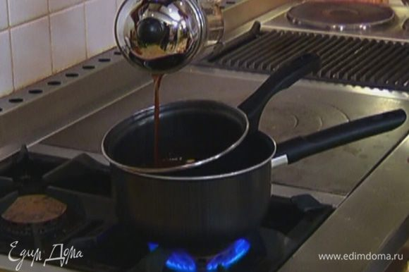 Влить в растопленный шоколад 2 ст. ложки заваренного кофе и еще немного прогреть на огне, чтобы получилась гладкая, однородная масса, затем остудить.