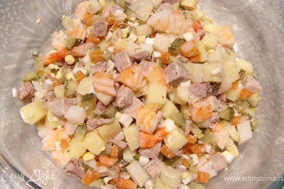 Порезать овощи, буженину, креветки и заправить майонезом.