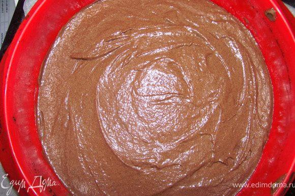 Выливаем тесто в форму 26 см, выпекаем при 180 С около 40 минут.