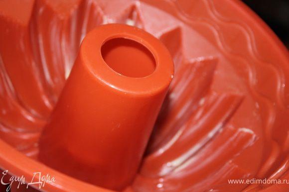 Разогреть духовку до 180 градусов. Приготовить силиконовую форму для кекса. Смазать стенки формы кусочком сливочного масла.