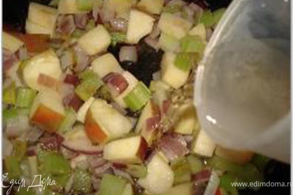 В сливочном масле обжарить нарезанные кубиками лук, яблоко и сельдерей, добавить вино и кипятить 1 мин.