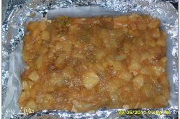 Предварительно выпекаем 5 минут при температуре 225 градусов. Затем корж посыпать сухарями и выложить обсушенные ревень с яблоками