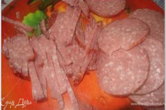 Колбасу, корнишоны и перец нарезать соломкой.