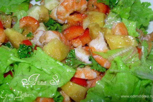 Креветки опускаем в кипящую подсоленную воду на 5 мин, достаем, откидываем на дуршлаг. Режем квадратиками перец, огурец и половину манго. Рвем листья салата в салатницу, туда же добавляем порезанные овощи и креветки. Можно добавить зелень петрушки. Взбрызнем соком лимона. Из 2 частей оливкового масла и 1 части винного уксуса готовим заправку и добавляем натертое на мелкой терке пюре оставшегося манго. Заправляем салат. Приятного аппетита!!