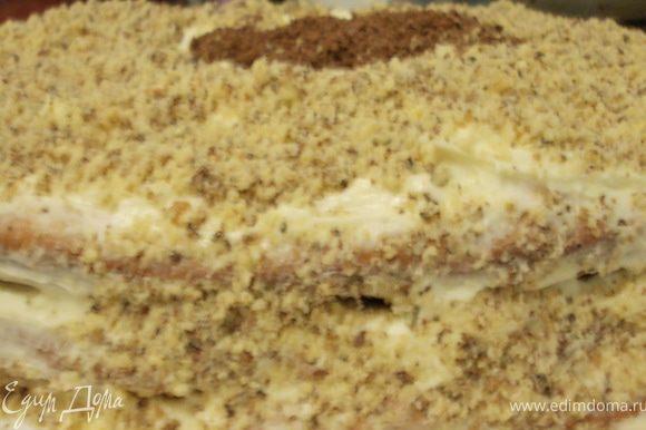 сверху положить медовый корж и покрыть его кремом,не забывая бока торта.