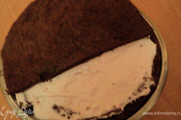 Вылить суфле в форму разровнять и накрыть бисквитом. Поставить в холодильник на 2 часа для застывания.