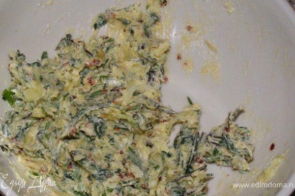 Приготовим чесночное масло с травами. Разотрем в миске пропущенный через пресс чеснок с маслом, мелко нарезанными травами, солью и перцем