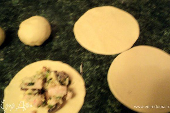 Остатки теста сделаем цыплят. Тесто раскатать и вырезать круги диаметром 10см. В середину положить по ложке начинки, защипнуть и сформировать круглые пирожки. Глазки цыплят и курочки сделать из гвоздичек.